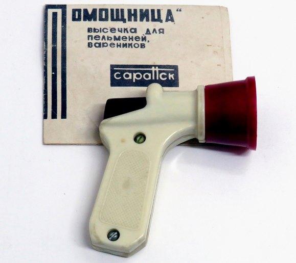 Помощница - пельменный пистолет советских времен