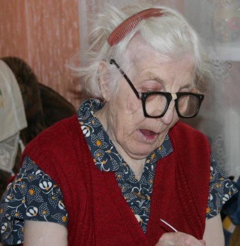 советская бабушка с гребешком в волосах
